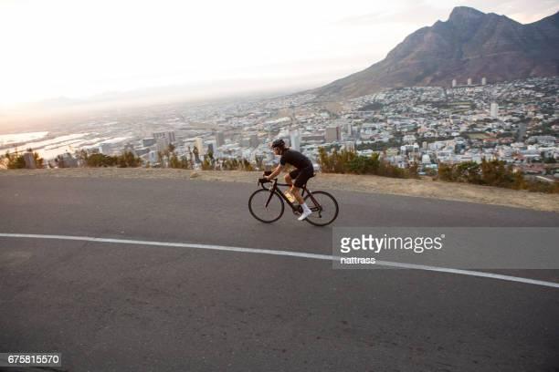 mannelijke wielrenner uit op een ochtend training rijden in kaapstad - table mountain stockfoto's en -beelden