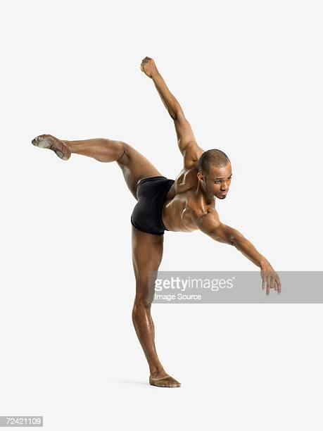 Bailarín macho sobre una pierna