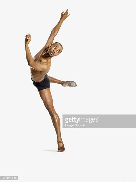 Macho bailarín realiza