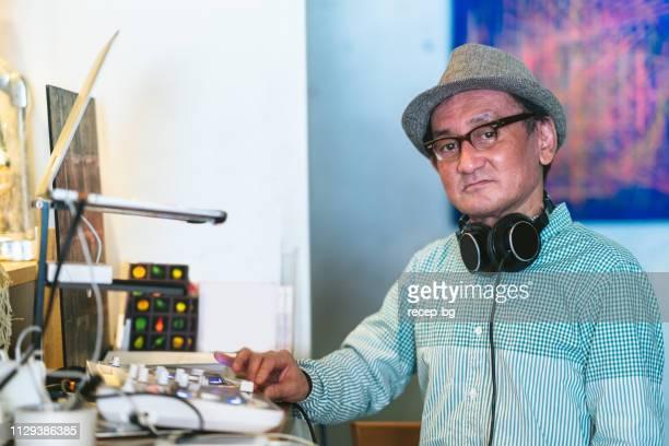 男性 dj カフェ & バーで音楽を支払う - ラジオdj ストックフォトと画像