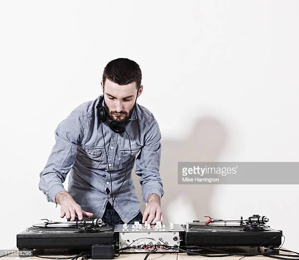 male dj playing music - dj photos et images de collection