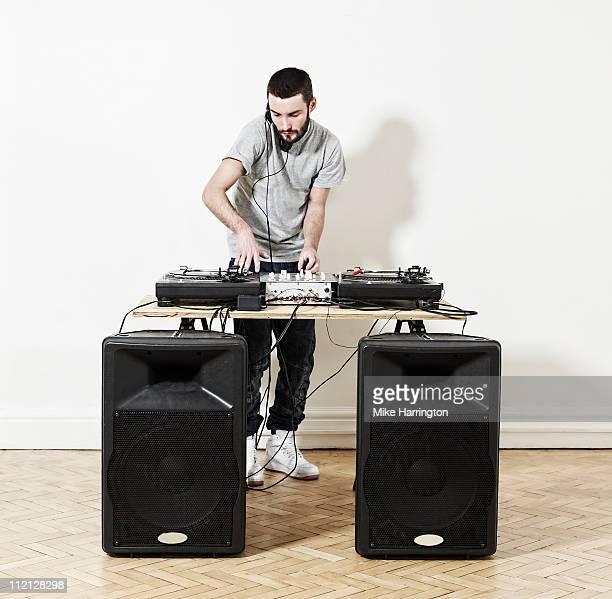 male dj using decks - dj photos et images de collection