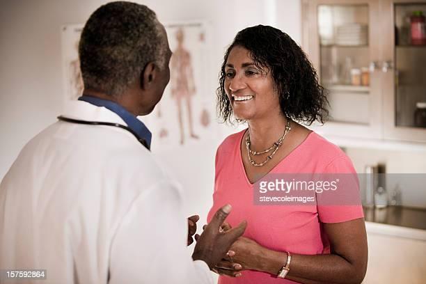 男性と女性の患者の医師