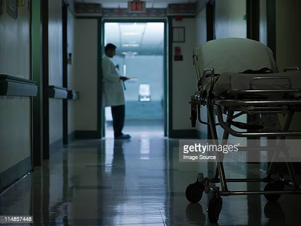 Homme médecin dans le couloir de l'hôpital