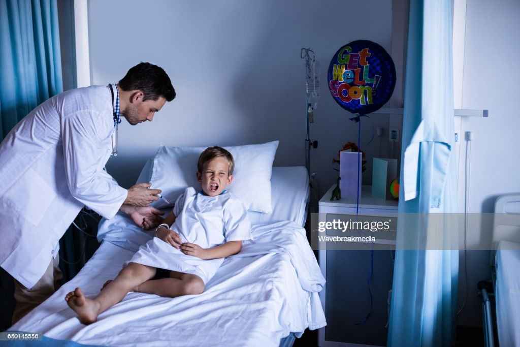 Male doctor injecting patient : Stock Photo