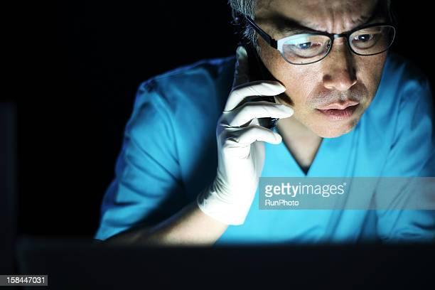 male doctor talking on mobile phone - focus op achtergrond stockfoto's en -beelden