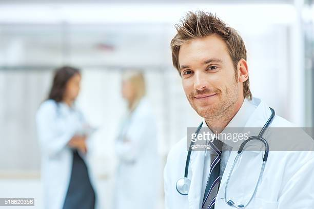 Homme médecin avec des collègues en arrière-plan
