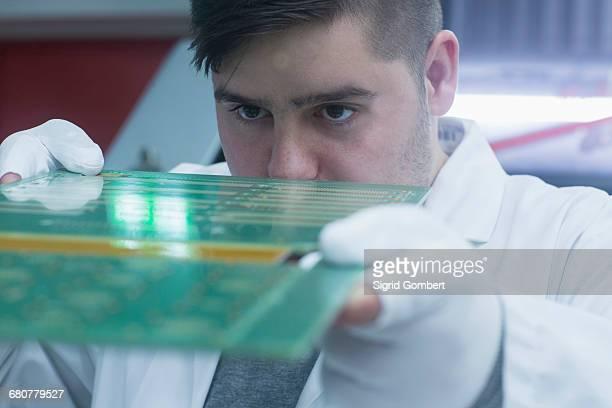 male engineer examining circuit board in industry, hanover, lower saxony, germany - sigrid gombert stock-fotos und bilder