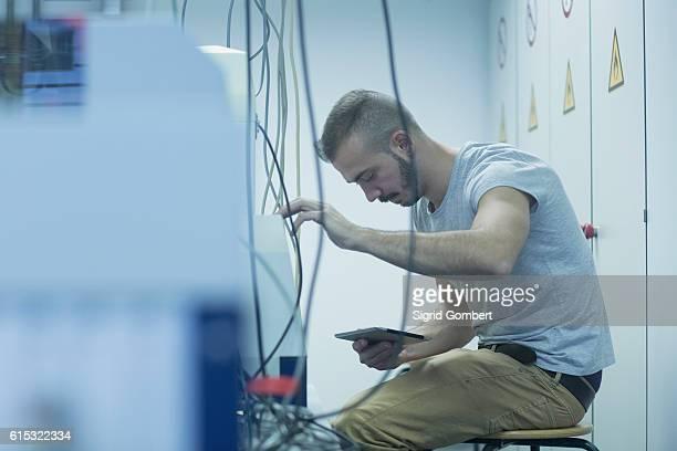 male engineer holding digital tablet and repairing a device in laboratory, freiburg im breisgau, baden-württemberg, germany - sigrid gombert 個照片及圖片檔