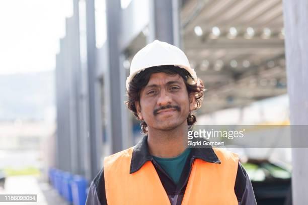 male engineer on construction site, head and shoulder portrait - sigrid gombert stock-fotos und bilder