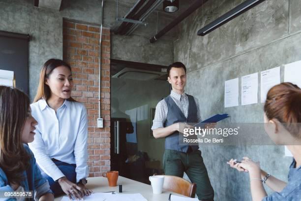 Männliche Unternehmer dabei Präsentation im Büro Sitzungssaal