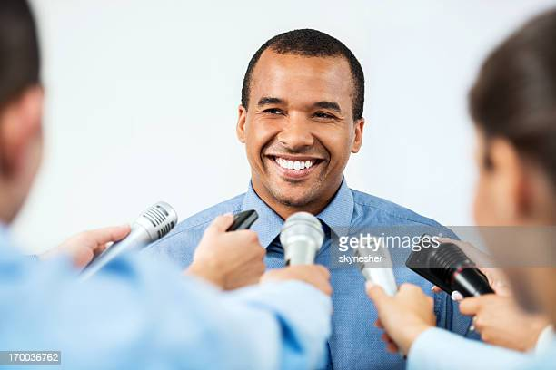 Männliche executive, hinterfragt zu werden, von Journalisten.