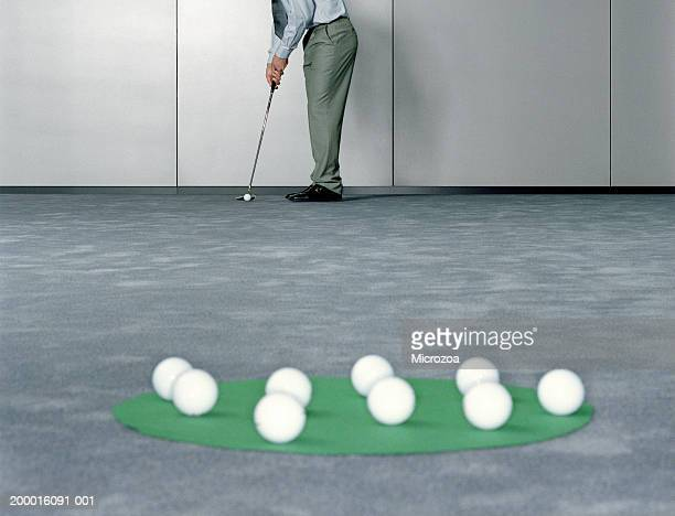 male executive playing golf in office, low section - microzoa fotografías e imágenes de stock