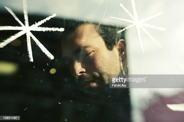 Homme visage Derrière la fenêtre