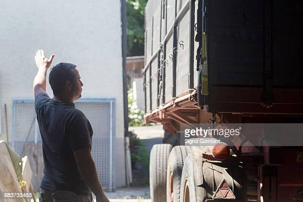 male farmer guiding trailer into barn - sigrid gombert 個照片及圖片檔