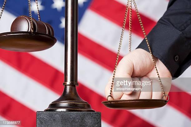 Macho punho premindo Balança da Justiça