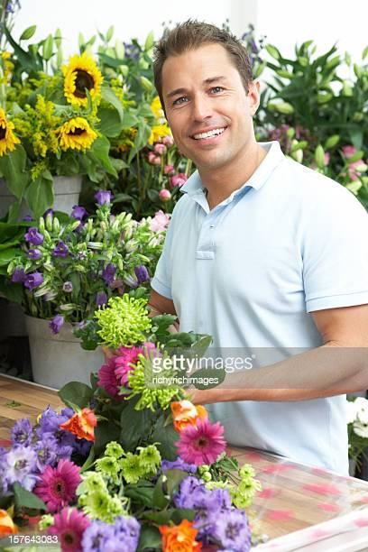 Homem fazendo ramo Florista em Loja
