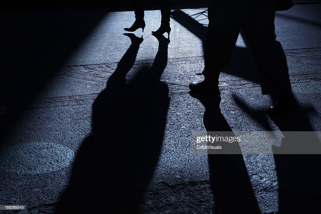 Aluno seguinte feminino em azul noite as sombras : Foto de stock