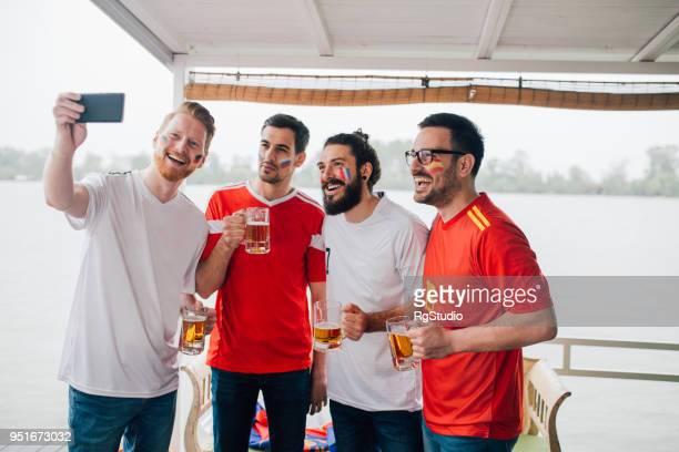mannelijke voetbalsupporters selfie maken - football in spain stockfoto's en -beelden