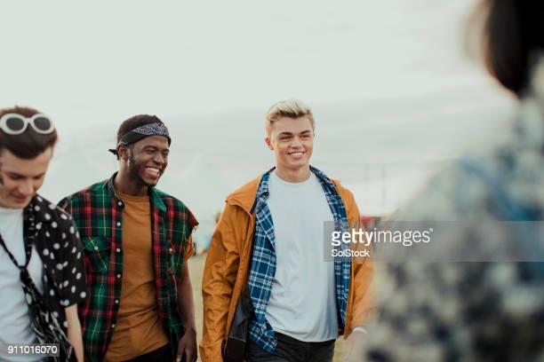 Männliche Freunde auf einem Musikfestival
