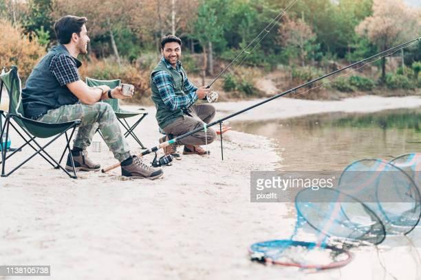 男性の友人は、一緒に趣味を楽しんで - 淡水釣り ストックフォトと画像