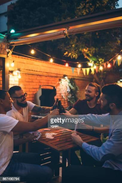 Mannelijke vrienden plezier in achtertuin