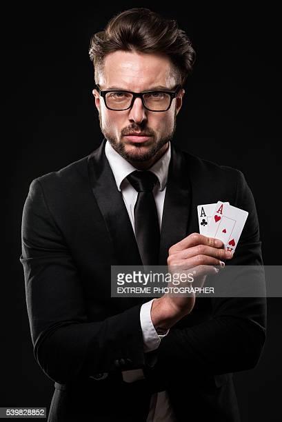 Mâle gambler en tenant une paire d'aces