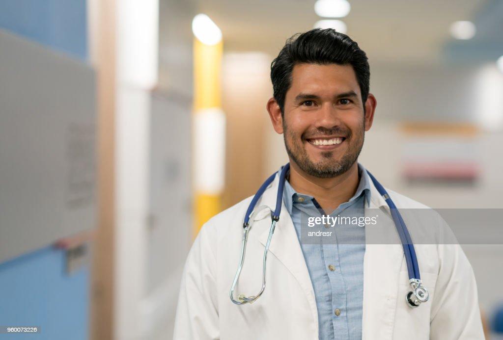 Männlichen Arzt für Allgemeinmedizin am Klinikum Blick auf die Kamera zu Lächeln : Stock-Foto