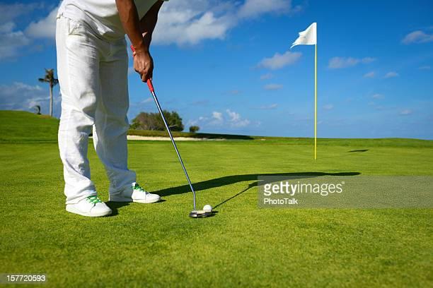 雄ゴルファーのパッティンググリーンでのゴルフ - パッティンググリーン ストックフォトと画像