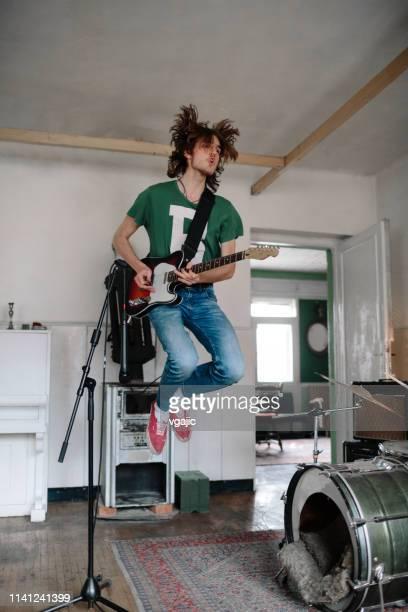 chitarrista maschile durante le prove suonando la chitarra - musica rock foto e immagini stock