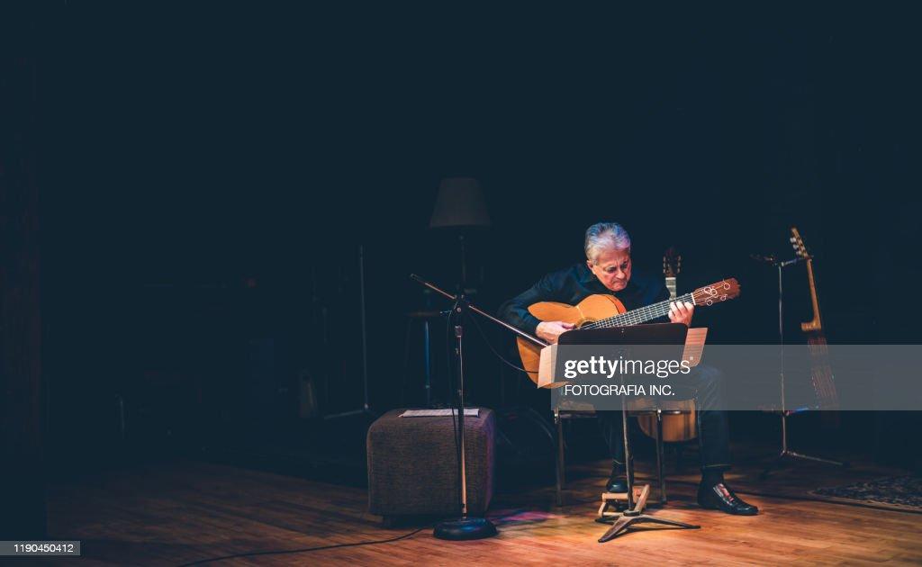 ステージで演奏する男性ギタリスト : ストックフォト
