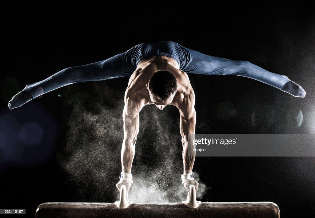 Maschio ginnasta facendo verticale su Cavallo a maniglie : Foto stock