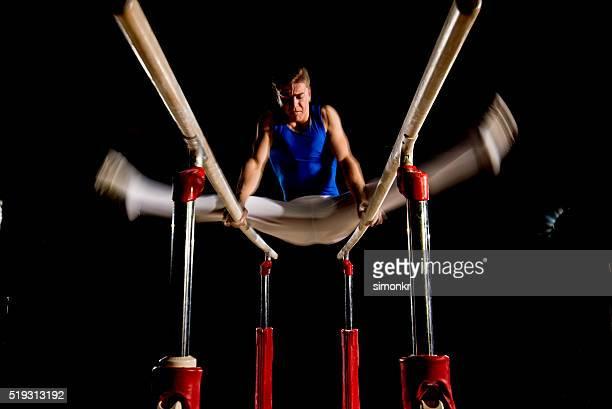 Homme gymnaste dans la salle de sport
