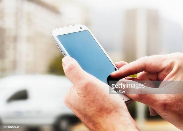 雄手に空白のタッチスクリーン携帯電話の
