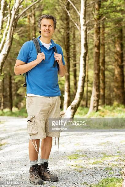 Männliche Wanderer im Wald