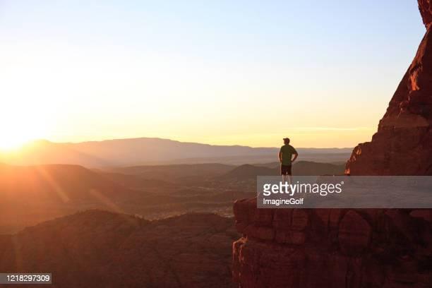 escursionista maschio a sedona al punto panoramico drammatico al tramonto - solo un uomo maturo foto e immagini stock