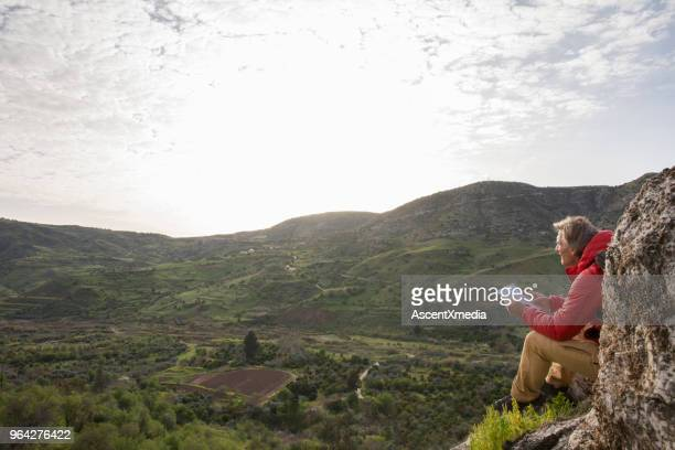 Männliche Wanderer entspannt auf Felsen, Hügel