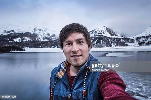 male hiker taking selfie at lake silsersee, malojapass, graubunden, switzerland - selbstportrait stock-fotos und bilder