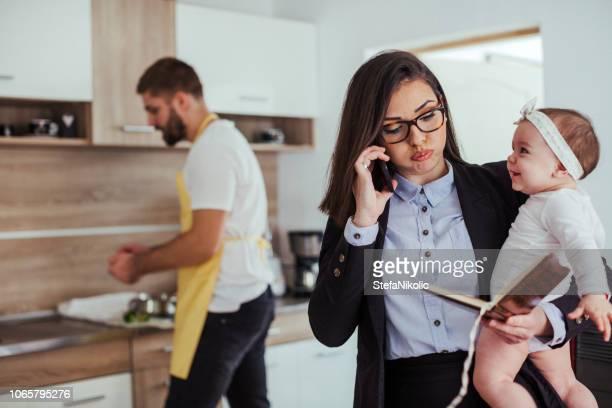 male housewife - excesso de trabalho imagens e fotografias de stock
