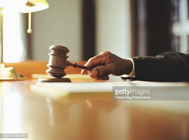 male judge striking gavel in courtroom, close-up - justice photos et images de collection