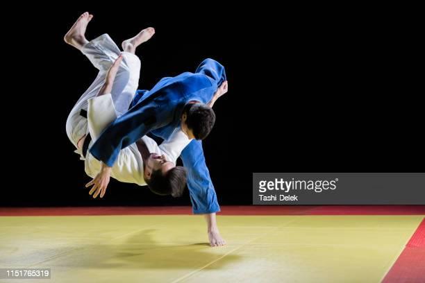 試合中に競う男子柔道選手 - 柔道 ストックフォトと画像