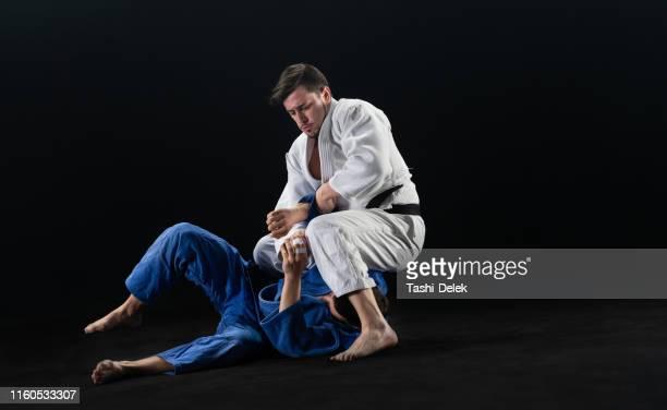 男性柔道家がパートナーを地面に投げ捨てる - 柔道 ストックフォトと画像