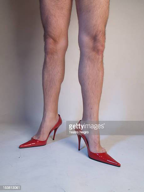 male legs and red shoes - hoge hakken stockfoto's en -beelden