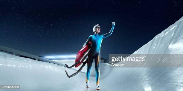 luger mâle se réjouir de la victoire sur la piste de luge - événement sportif d'hiver photos et images de collection