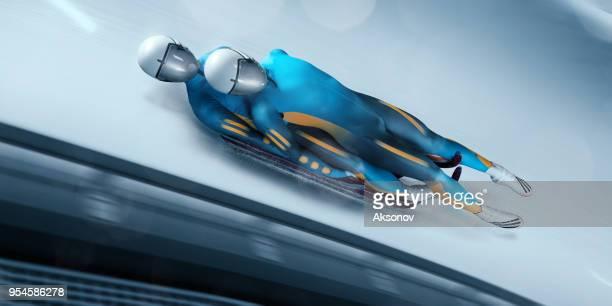 mâle lugeurs couple en piste de luge professionnel - événement sportif d'hiver photos et images de collection