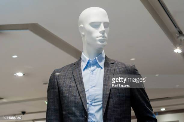 a male mannequin wearing current clothing trends - mannequin stock pictures, royalty-free photos & images