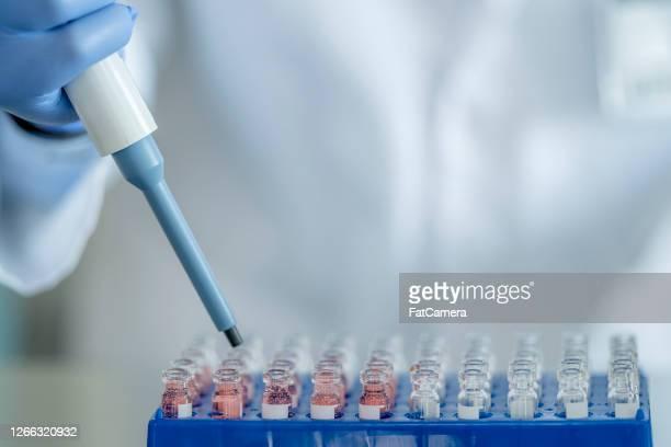 mannelijke medische onderzoeker - rechtszaak stockfoto's en -beelden
