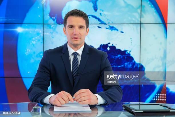 男性ニュース キャスター - 解説者 ストックフォトと画像