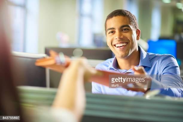 becario oficina hombre - pase fotografías e imágenes de stock