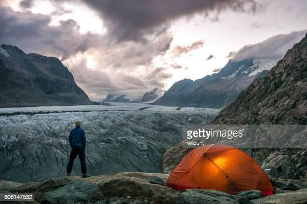 männlichen outdoor-gletscher camping - gletscher stock-fotos und bilder
